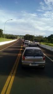 Autos en fila  para pasar la frontera
